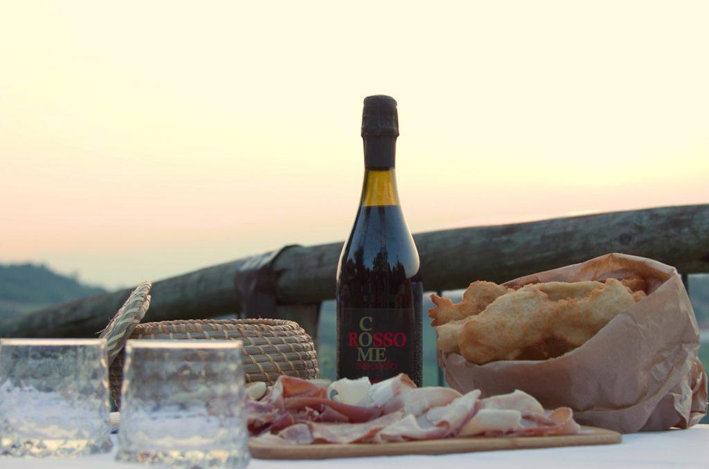 Gnocco e tigelle con il tradizionale Lambrusco emiliano